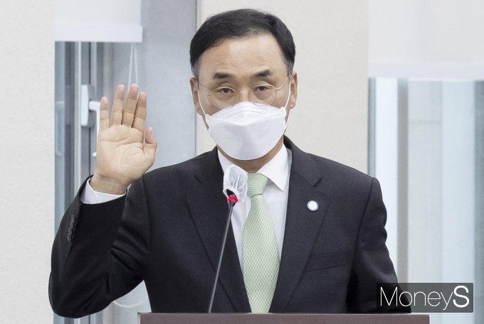 [머니S포토] 2021 국감, 선서하는 차정인 부산대 총장