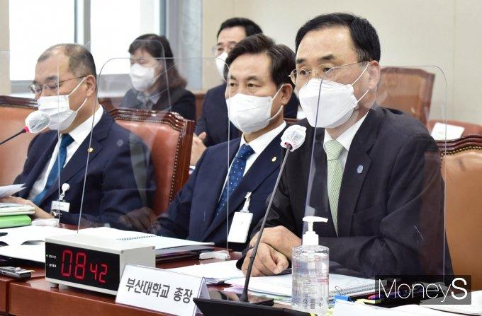 [머니S포토] 2021 교육위 국감, 질의 답하는 차정인 부산대 총장