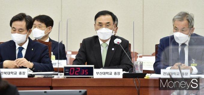 [머니S포토] 국감 질의 답변하는 차정인 부산대 총장