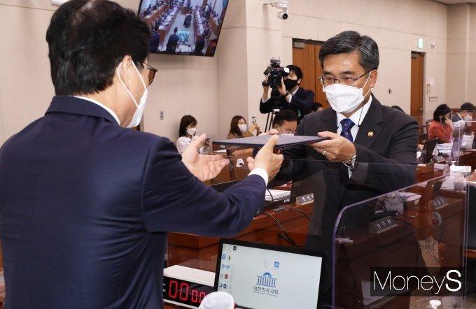 [머니S포토] 국정감사 선서문 제출하는 서욱 국방부 장관