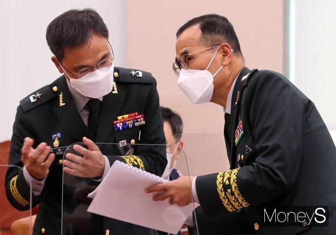 [머니S포토] 박용석 육군법무실장과 대화 나누는 남영신 육군참모총장