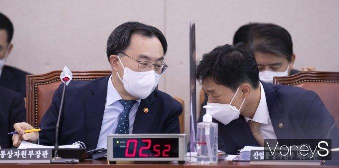 [머니S포토] 2021 종합감사, 의견 나누는 문승욱·박기영