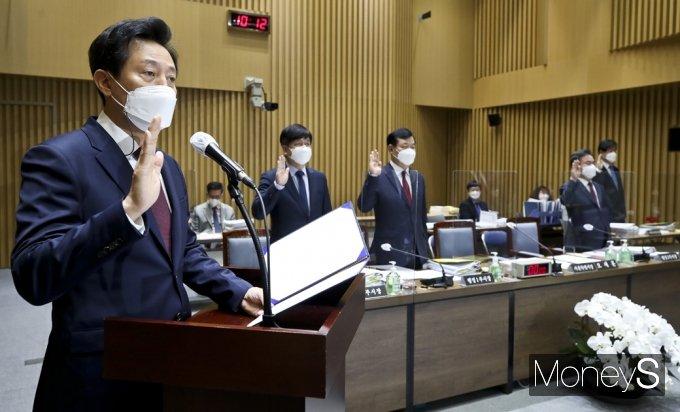 [머니S포토] 2021 국토위 서울시정 국감, 선서하는 오세훈 시장