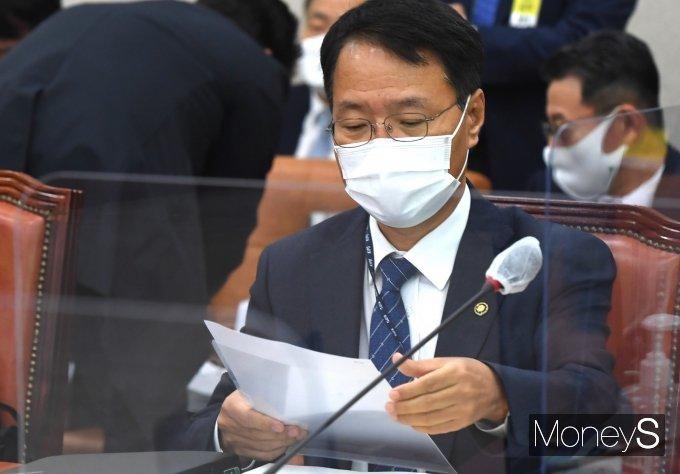 [머니S포토] 자료 확인하는 김용래 특허청장