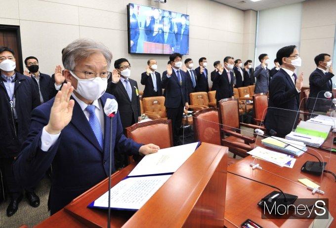 [머니S포토] 종합감사 선서하는  권칠승·강성천·김용래