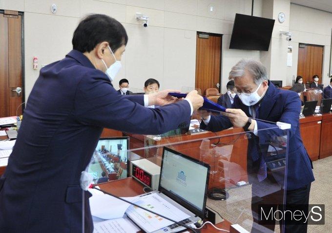 [머니S포토] 이학영 위원장에게 선서문 제출하는 권칠승 장관