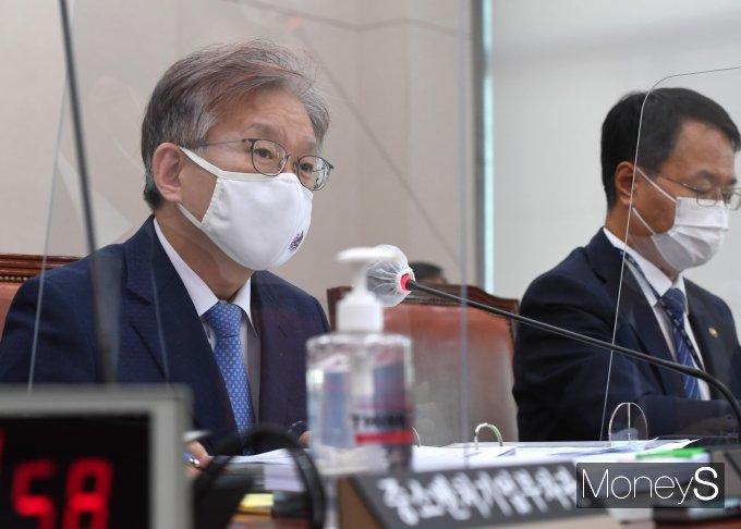 [머니S포토] '2021종합국감' 질의 답하는 권칠승 장관