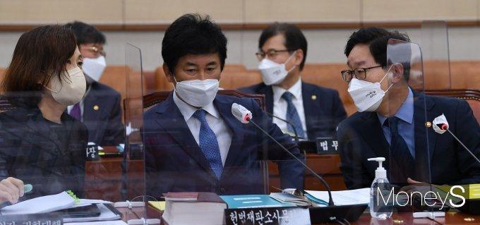 [머니S포토] 강민아 감사원장 권한대행과 대화하는 박범계 장관