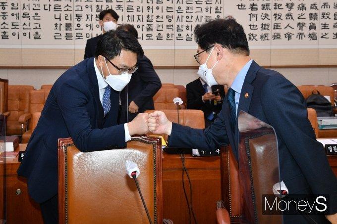 [머니S포토] 김진욱 공수처장과 인사하는 박범계 장관