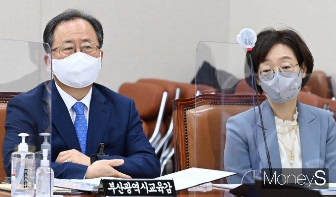 [머니S포토] 2021 교육부 등 종합감사, 질의듣는 김석준·박혜자
