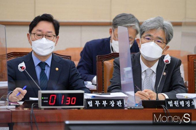 [머니S포토] 국감 질의 답하는 김상환 법원행정처장