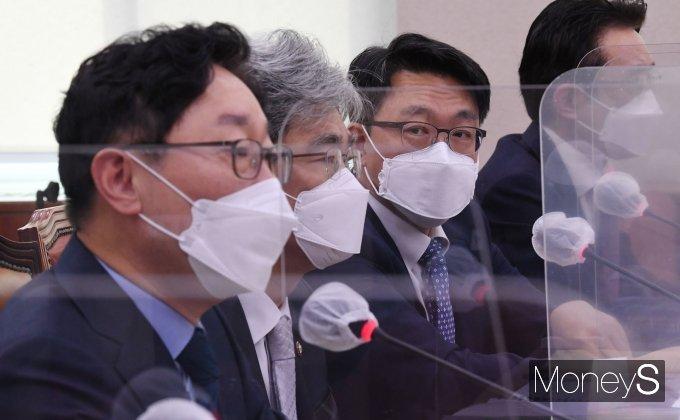 [머니S포토] 박범계 장관 바라보는 김진욱 공수처장