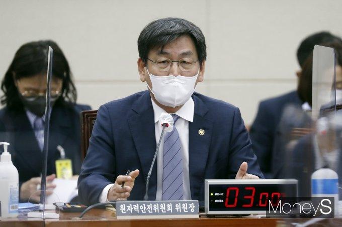 [머니S포토] 엄재식 원자력안전위원회 위원장, 종합감사 질의 답변