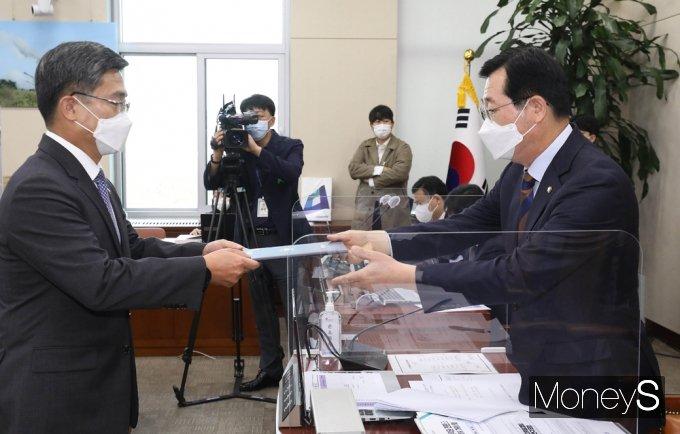 [머니S포토] 2021 국방 종합감사, 선서문 전달하는 서욱 장관