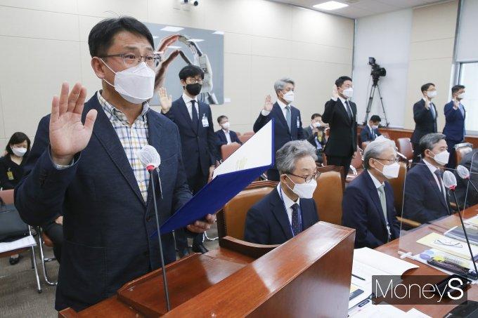 [머니S포토] 증인선서 하는 성재호 방송기자연합회장