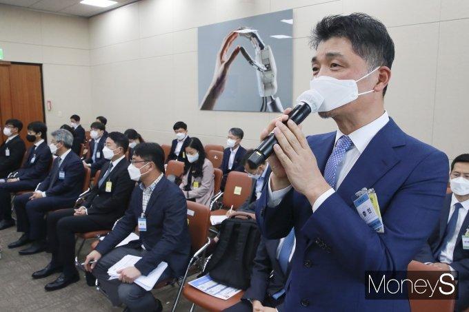 [머니S포토] 올해 국감만 3번 출석한 김범수 카카오 의장