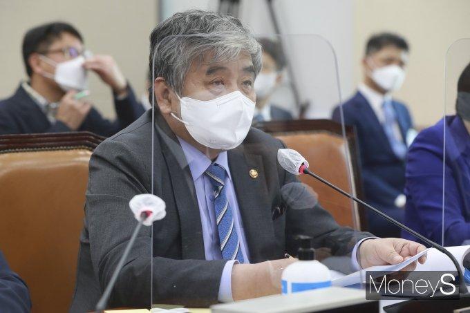 [머니S포토] 국감 질의 답하는 한상혁 방송통신위원회 위원장