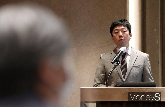 [머니S포토] 정재훈 교수, '코로나19 장기예측과 안전한 일상회복방안' 발표