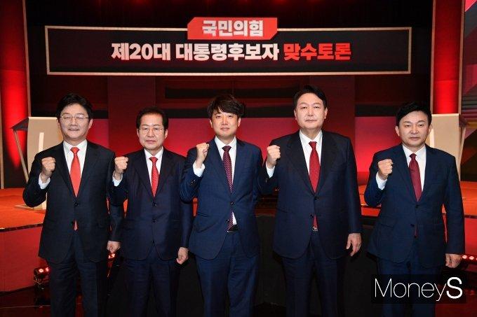 [머니S포토] 이준석 대표 '국민의힘 대선 경선 후보들과 함께'