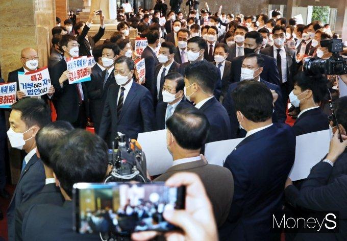 [머니S포토] 2022년 예산안 시정연설, 野 피켓 항의받는 文 대통령