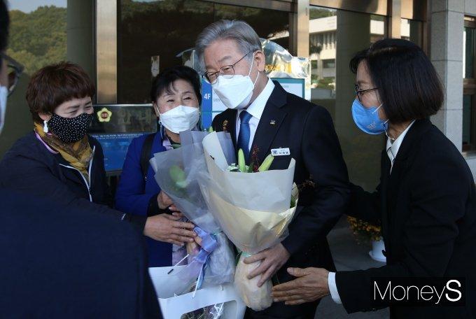 [머니S포토] 지지자들에게 꽃다발 받은 이재명 대선 후보