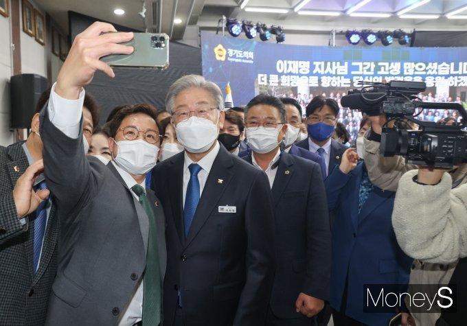 [머니S포토] 경기도의회 의원들과 기념촬영 하는 이재명