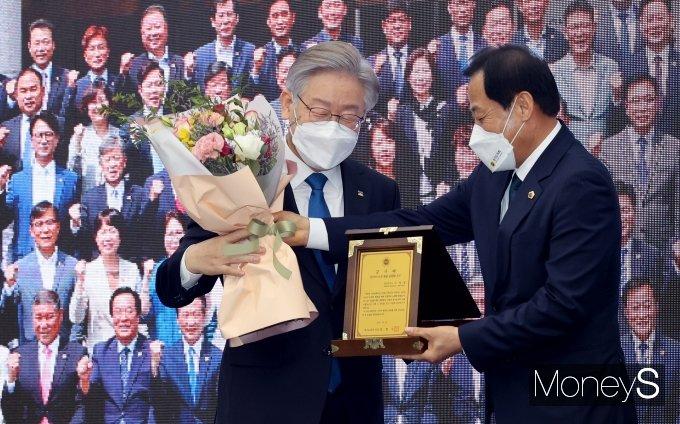 [머니S포토] 장현국 경기도의장으로부터 감사패 받는 이재명 대선 후보