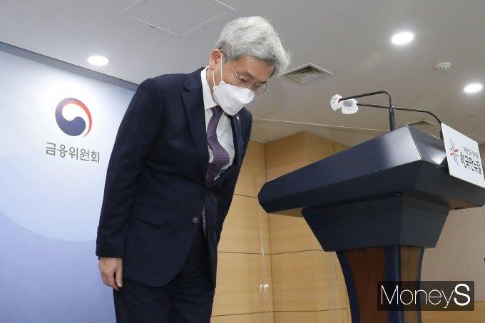 [머니S포토] 브리핑에 앞서 인사하는 고승범 위원장
