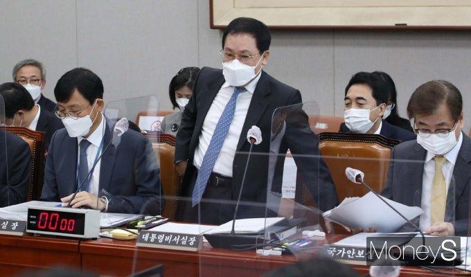 [머니S포토] 2021 국회 운영위 국감, 유영민 靑 비서실장 출석