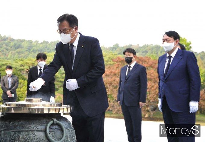 [머니S포토] 윤석열 후보와 현충원 찾은 정진석 국회부의장