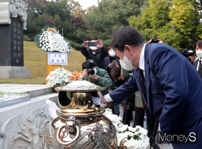 [머니S포토] 박정희 전 대통령 묘역 참배한 윤석열