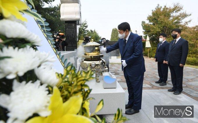 [머니S포토] 윤석열, 김대중 전 대통령 묘역 참배
