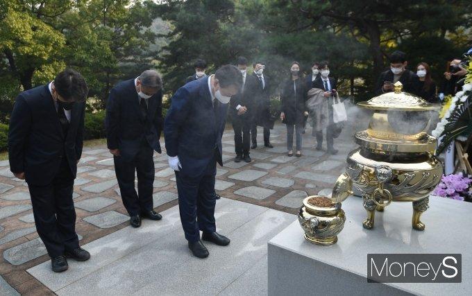 [머니S포토] 故 김대중 전 대통령 묘역 찾아 참배하는 윤석열 후보