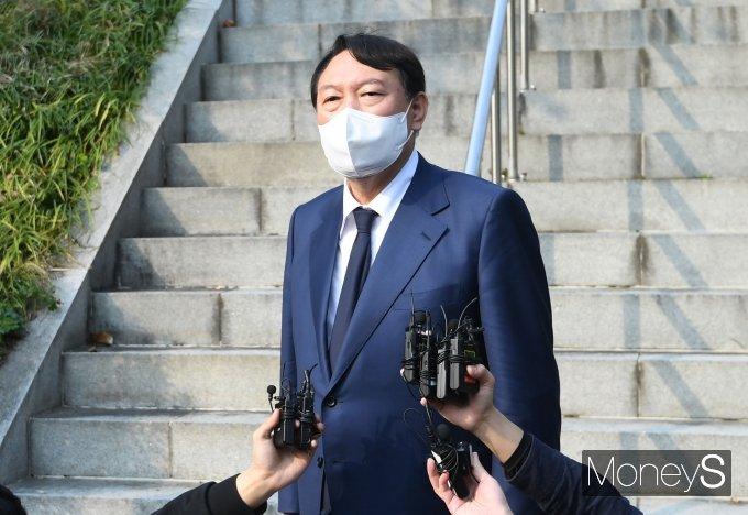 [머니S포토] 윤석열, 故 김영삼 전 대통령 묘역 참배 후 질의응답
