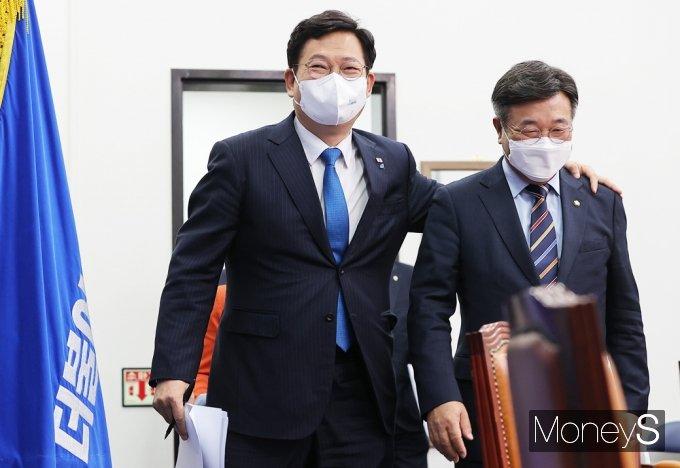 [머니S포토] 민주당 최고위 입장하는 투톱 송영길·윤호중