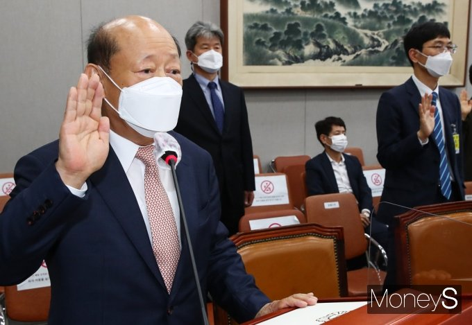 [머니S포토] 2021 운영위 국감, 선서하는 송두환 인권위원장