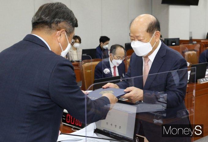 [머니S포토] 2021 운영위 국감, 선서문 전달하는 송두환 인권위원장