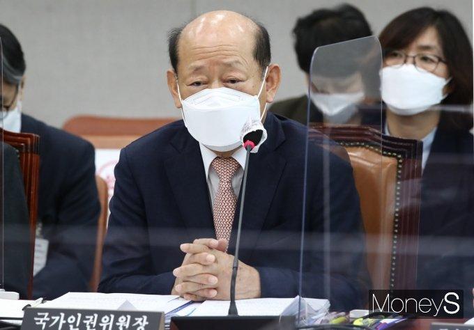 [머니S포토] 무료변론 논란 관련 질의 답하는 인권위 송두환