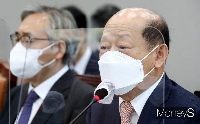 [머니S포토] 운영위 국감, 의원 질의 답하는 송두환 인권위원장
