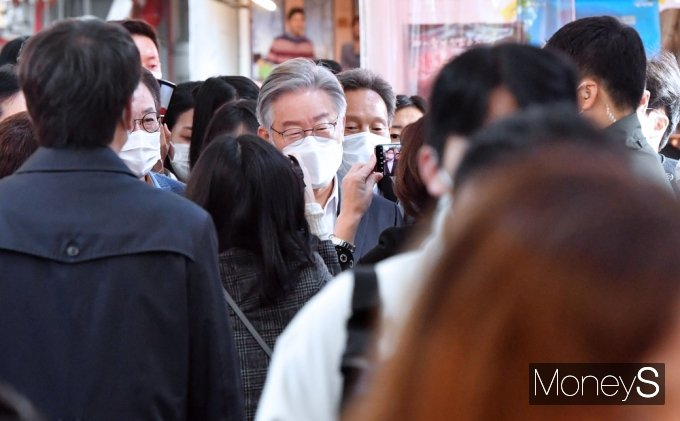 [머니S포토] 잠룡 이재명, 중앙선관위 예비후보 등록 후 첫 민심탐방