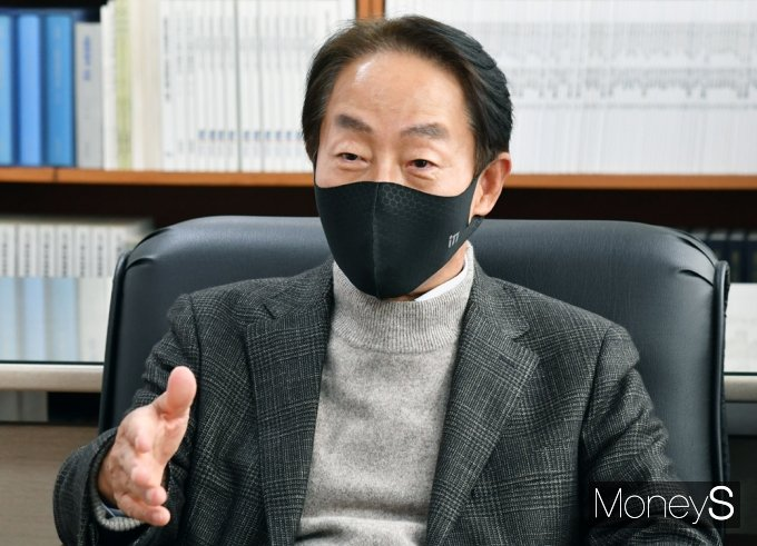 [머니S포토] 대화 나누는 김현철 김영삼민주센터 상임이사
