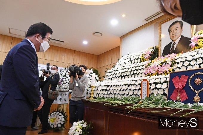 [머니S포토] 박병석 국회의장, 故 노태우 전 대통령 빈소 조문