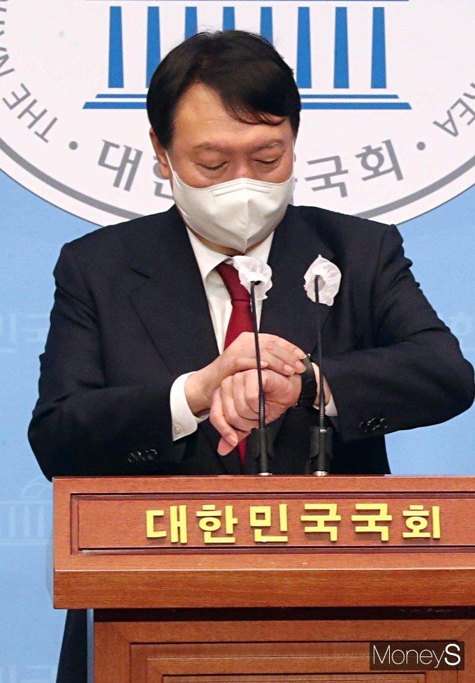 [머니S포토] 손목시계 바라보는 윤석열