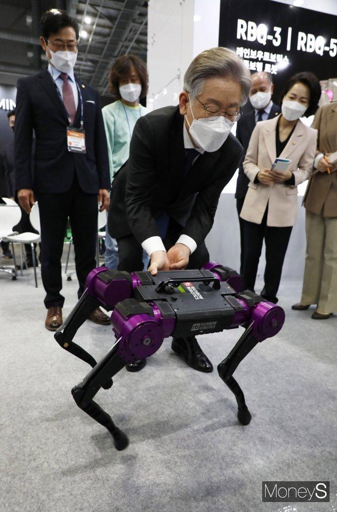 [머니S포토] 이재명 후보 '사족보행 로봇 신기하네'