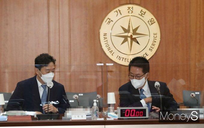 [머니S포토] 윤형중 차장과 대화하는 박지원 국가정보원장