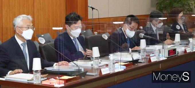 [머니S포토] 국정감사 시작 기다리는 박지원 국정원장
