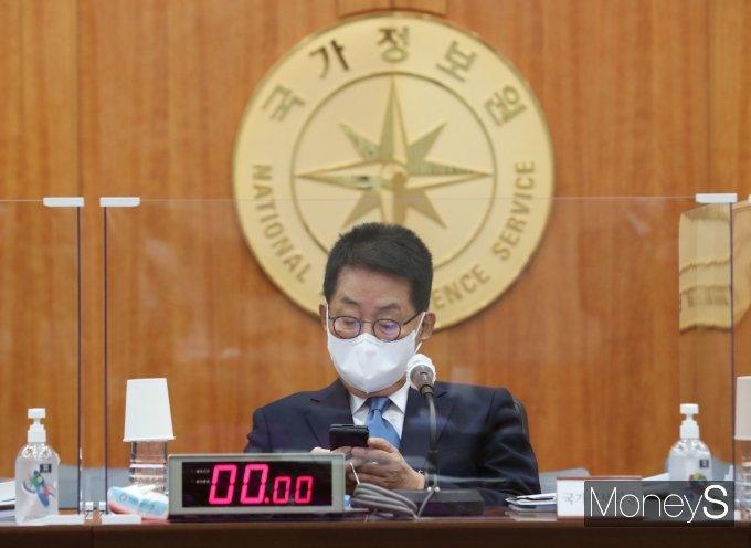 [머니S포토] 스마트폰 만지는 박지원 국가정보원장