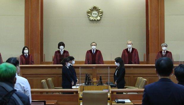헌정 첫 판사 탄핵심판에 '각하'… 재판관 의견 '5:3:1'