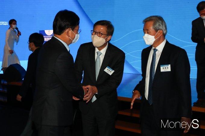 [머니S포토] 국제콘퍼런스에서 인사하는 송영길·박형준·정몽준
