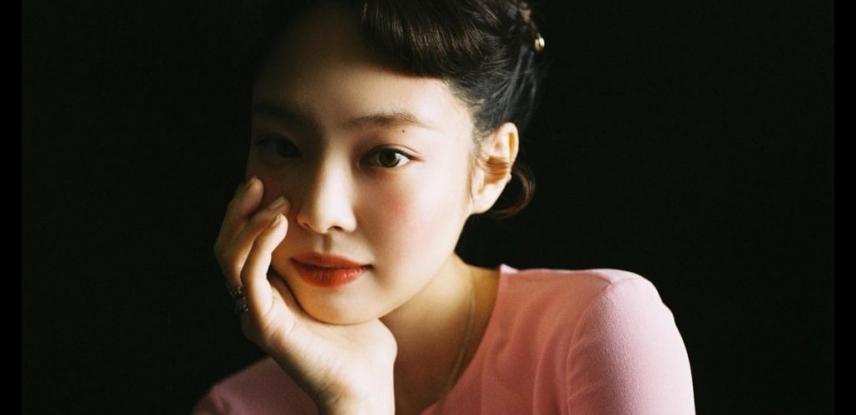 블핑 제니, 풋풋한 B컷…복숭앗빛 피부+직각 어깨 '눈길'